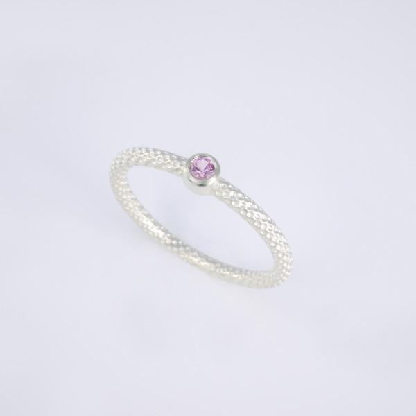 Feiner Pünktchenring 925er Silber mit rosa Saphir 600x600 - Pünktchenring 925er Silber mit rosa Saphir