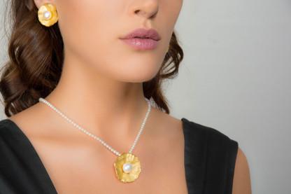 """Goldener Anhänger an Perlenkette Sakura 416x277 - Perlenkette mit Anhänger """"Sakura"""""""