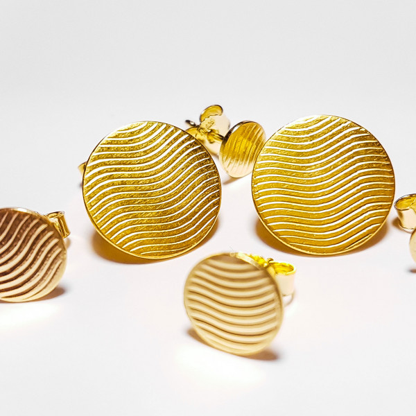 """Goldplattierte Ohrstecker individuell 600x600 - Guillochierte Ohrstecker """"Waves"""" Gelbgold plattiert"""