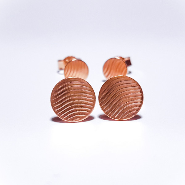 "Guilloche Ohrstecker Waves Rosegold 600x600 - Guillochierte Ohrstecker ""Waves"" Roségold plattiert"