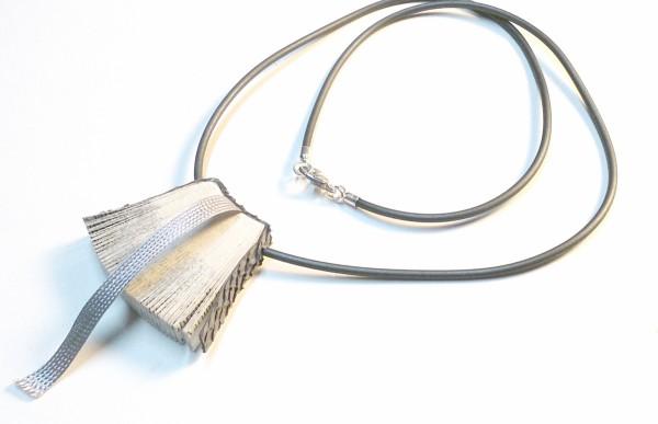 """Halskette Bookworm online kaufen 600x387 - Halskette """"Bookworm"""""""
