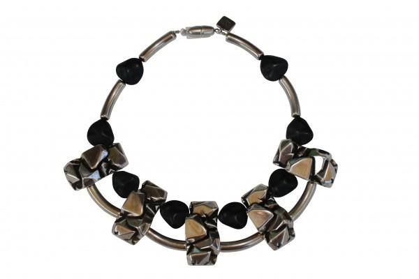 Halskette Collier mit silbernen Nuggetplatten und schwarzen Kieseln 600x400 - Halskette Collier mit Nuggetplatten und Kieseln