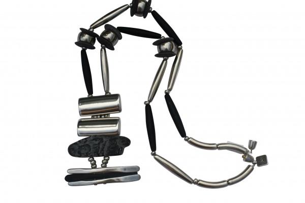 Halskette mit Anhaenger aus silbernen Pipetten Reifen Platte und eine Lava Platte 600x400 - Halskette mit Anhänger, Platte, Pipetten und Reifen