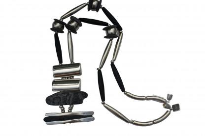Halskette mit Anhaenger aus silbernen Pipetten Reifen Platte und eine Lava Platte scaled 416x277 - Halskette mit Anhänger, Platte, Pipetten und Reifen
