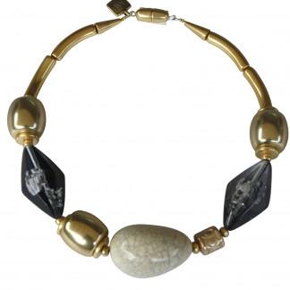 Halskette mit Goldtonnen porzellanbruch Olive und grauer Rombe scaled 324x324 - Halskette mit Olive, Rombe und Tonnen