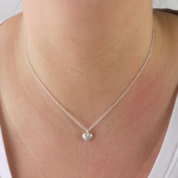 Halskette mit Herz aus massivem Silber 600x600 - Silberner Herzanhänger aus 925er Silber massiv gegossen