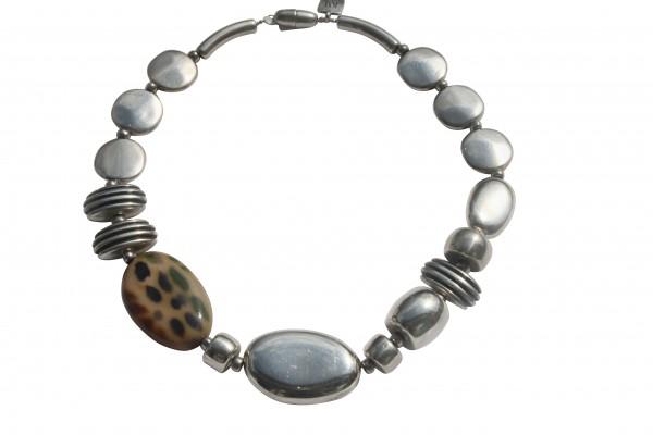 Halskette mit Silber und Camouflageoval Talern und Daempfern 600x400 - Halskette mit großem Oval, Talern, Dämpfern und Blatt