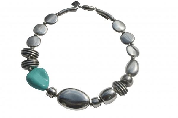 Halskette mit Silberoval Talern Daempfern und Türkisblatt 600x400 - Halskette mit großem Oval, Talern, Dämpfern und Blatt