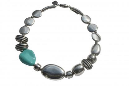 Halskette mit Silberoval Talern Daempfern und Türkisblatt scaled 416x277 - Halskette mit großem Oval, Talern, Dämpfern und Blatt