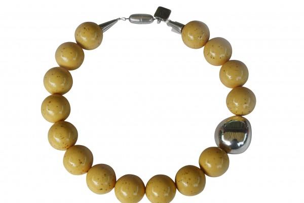 Halskette mit gelben Kugeln und einer silbernen Olive 600x400 - Halskette mit Kugeln und Olive