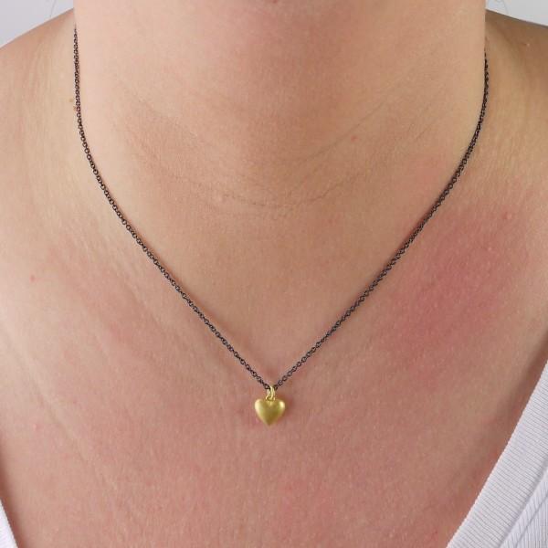 Halskette mit goldenem Herz aus Massivgold 600x600 - Goldener Herzanhänger aus 750er Gelbgold massiv gegossen
