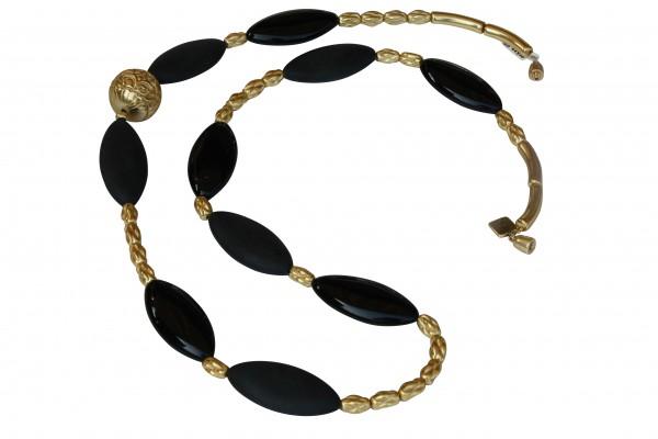 Halskette mit goldenen Staebchen Kordeln Ornamentkugel und schwarzen Sitzovalen 600x400 - Halskette mit Stäbchen, Kordeln, Kugel und Spitzovalen