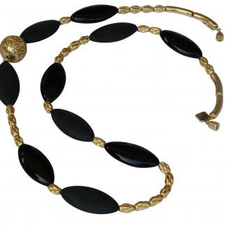 Halskette mit goldenen Staebchen Kordeln Ornamentkugel und schwarzen Sitzovalen scaled 324x324 - Halskette mit Stäbchen, Kordeln, Kugel und Spitzovalen