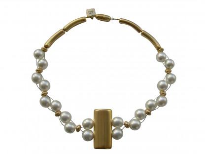 Halskette mit goldener glatter Platte und weissen Perlen 416x312 - Halskette mit Perlen und glatter Platte