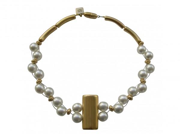 Halskette mit goldener glatter Platte und weissen Perlen 600x449 - Halskette mit Perlen und glatter Platte