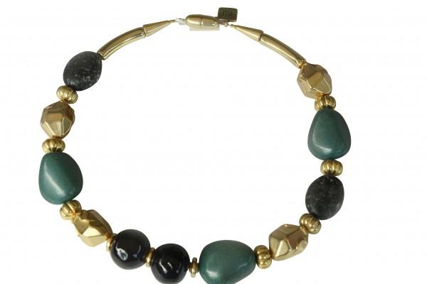 Halskette mit grünen Porzellanbruchsteinen dunkelgrauen Kugeln und goldenen Nuggets 600x400 - Halskette mit Steinen, Kugeln und Nuggets