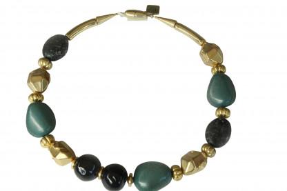 Halskette mit grünen Porzellanbruchsteinen dunkelgrauen Kugeln und goldenen Nuggets scaled 416x277 - Halskette mit Steinen, Kugeln und Nuggets