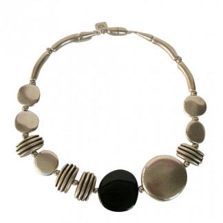 Halskette mit grossem Silbertaler schwarzem Taler kleinen silbernen Talern und Daempfern 324x324 - Halskette mit großen und kleinen Talern und Dämpfern