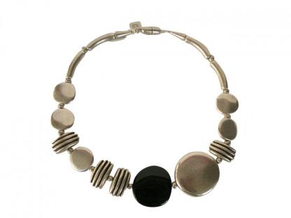 Halskette mit grossem Silbertaler schwarzem Taler kleinen silbernen Talern und Daempfern 416x312 - Halskette mit großen und kleinen Talern und Dämpfern