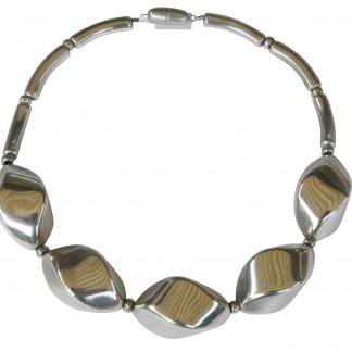 Halskette mit grossen silbernen Nüssen scaled 324x324 - Halskette mit großen Nüssen