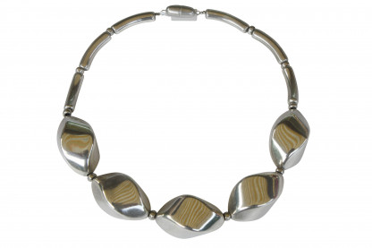 Halskette mit grossen silbernen Nüssen scaled 416x277 - Halskette mit großen Nüssen