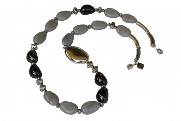Halskette mit grosser silberner Olive hellgrauen Kieseln und Onyxspelten 600x400 - Halskette mit großer Olive, Kieseln und Spelten