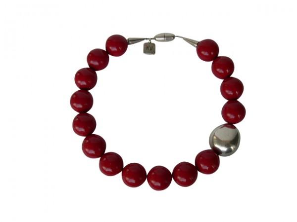 Halskette mit roten Kugeln und einer silbernen Olive 600x450 - Halskette mit Kugeln und Olive