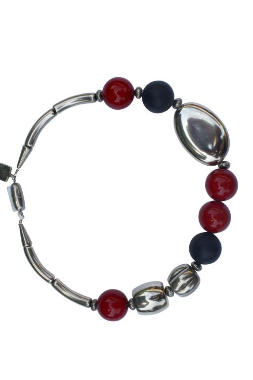 Halskette mit roten und schwarzen Kugeln Silberoval und Tonnen 512x768 - Halskette mit Kugeln, großem flachen Oval und Tonnen
