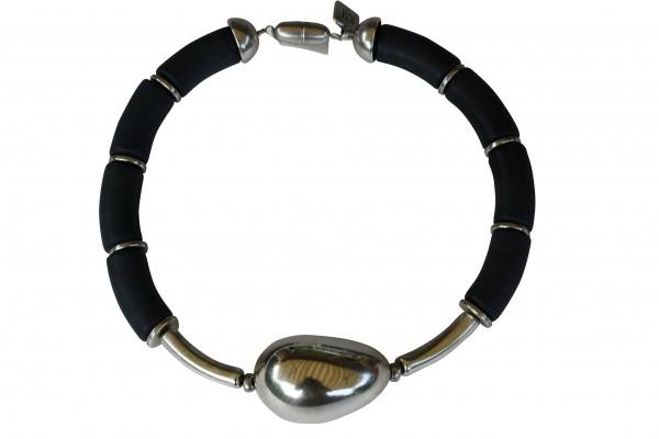 Halskette mit schwarzen Boegen silbernen Staebchen und silberner Olive 600x400 - Halskette mit Bögen und großer Olive