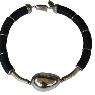 Halskette mit schwarzen Boegen silbernen Staebchen und silberner Olive scaled 324x324 - Halskette mit Bögen und großer Olive