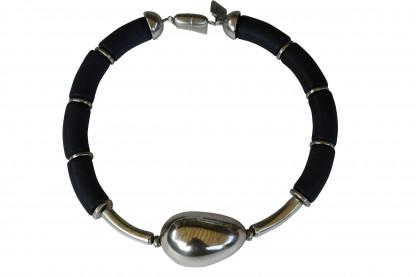 Halskette mit schwarzen Boegen silbernen Staebchen und silberner Olive scaled 416x277 - Halskette mit Bögen und großer Olive