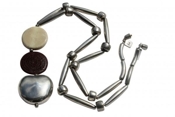 Halskette mit silbernem Apfel Pipetten grossem creme porzellanbruch und braunem Flechttaler 600x400 - Halskette mit Apfel, Kugeln, Blatt, Tonne und Pipetten