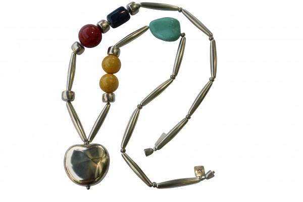 Halskette mit silbernem Apfel Pipetten roter Kugel türkisem Blatt und blauer Tonne 600x400 - Halskette mit Apfel, Kugeln, Blatt, Tonne und Pipetten