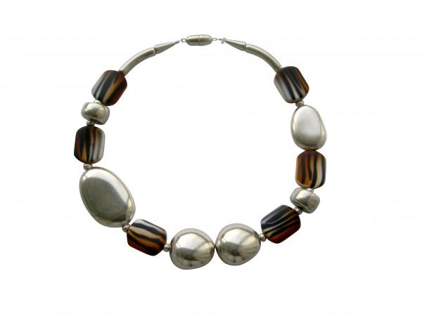 Halskette mit silbernem Oval Oliven€ Oval und animalprint Bonbons 600x450 - Halskette mit Bonbons, Oliven und großem flachem Oval