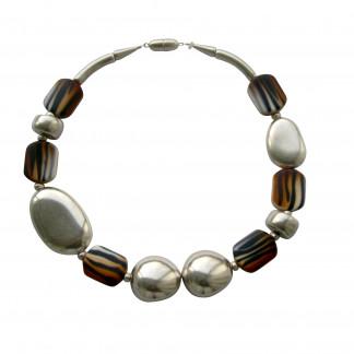 Halskette mit silbernem Oval Oliven€ Oval und animalprint Bonbons scaled 324x324 - Halskette mit Bonbons, Oliven und großem flachem Oval