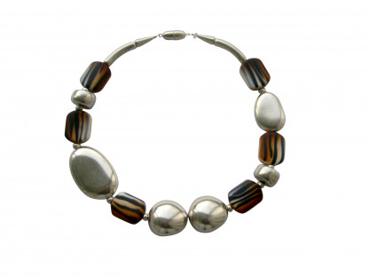 Halskette mit silbernem Oval Oliven€ Oval und animalprint Bonbons scaled 416x312 - Halskette mit Bonbons, Oliven und großem flachem Oval