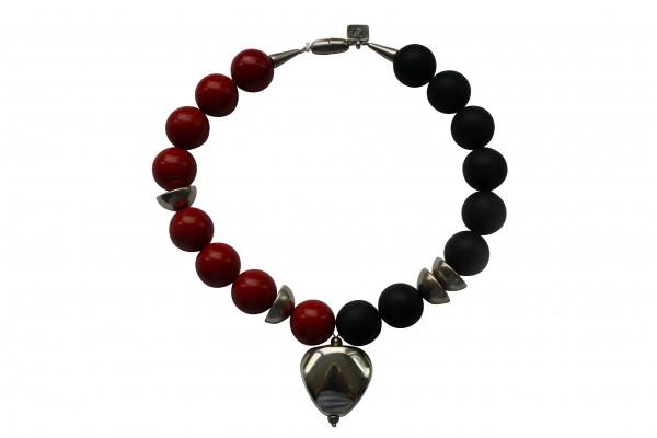 Halskette mit silbernem Triangel Halbkugeln roten und schwarzen Kugeln 600x400 - Halskette mit Triangel, Halbkugeln, Kugeln