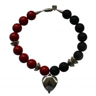 Halskette mit silbernem Triangel Halbkugeln roten und schwarzen Kugeln scaled 324x324 - Halskette mit Kugeln, großem flachen Oval und Tonnen