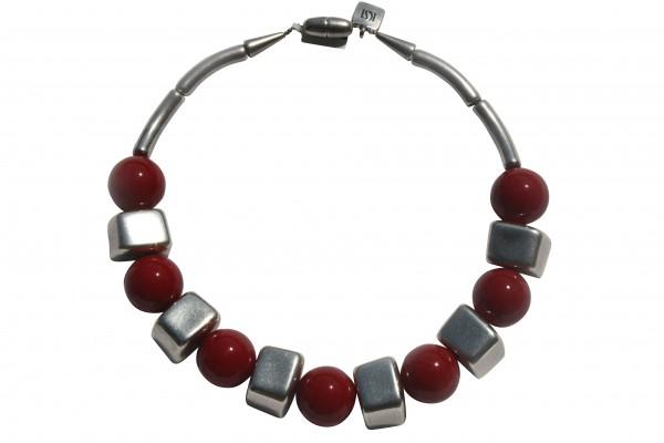 Halskette mit silbernen Bloecken und roten Kugel 600x400 - Halskette mit Blöckchen und Kugeln
