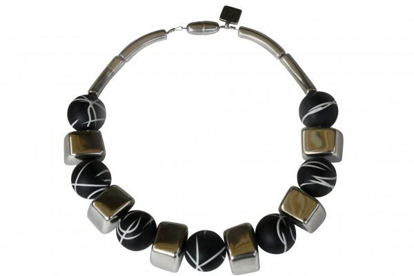 Halskette mit silbernen Bloecken und schwarz weiss linierten Kugel 600x400 - Halskette mit Blöckchen und Kugeln