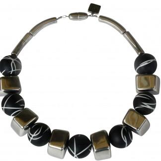 Halskette mit silbernen Bloecken und schwarz weiss linierten Kugel scaled 324x324 - Halskette mit Blöckchen und Kugeln