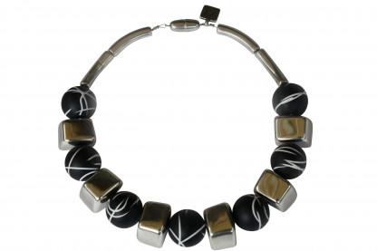 Halskette mit silbernen Bloecken und schwarz weiss linierten Kugel scaled 416x277 - Halskette mit Blöckchen und Kugeln