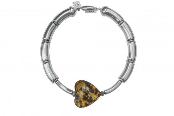 Halskette mit silbernen Boegen Staebchen und Bernsteinherz 600x400 - Halskette mit Bögen und Herz