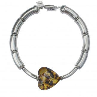 Halskette mit silbernen Boegen Staebchen und Bernsteinherz scaled 324x324 - Halskette mit Bögen und Herz