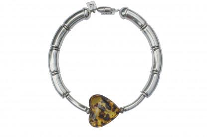 Halskette mit silbernen Boegen Staebchen und Bernsteinherz scaled 416x277 - Halskette mit Bögen und Herz
