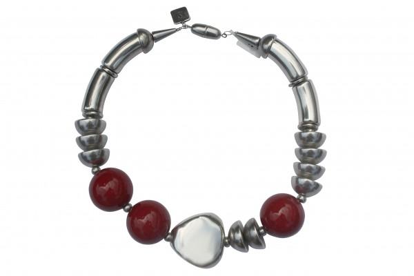 Halskette mit silbernen Boegen Triangel Halbkugeln und rot marmorierten Kugeln 600x400 - Halskette mit Bögen, Kugeln, Triangel und Halbkugeln