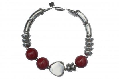 Halskette mit silbernen Boegen Triangel Halbkugeln und rot marmorierten Kugeln scaled 416x277 - Halskette mit Bögen, Kugeln, Triangel und Halbkugeln