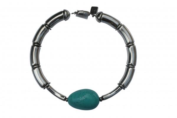 Halskette mit silbernen Boegen silbernen Staebchen und türkisfarbener Olive 600x400 - Halskette mit Bögen und goßer Olive