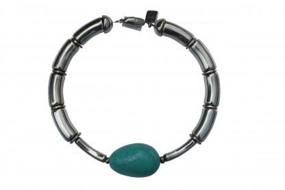 Halskette mit silbernen Boegen silbernen Staebchen und türkisfarbener Olive scaled 416x277 - Halskette mit Bögen und goßer Olive