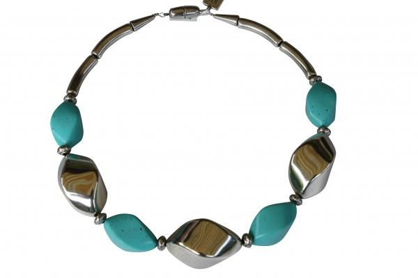 Halskette mit silbernen Nüssen und türkisfarbenen Nüssen 600x400 - Halskette mit Nüssen